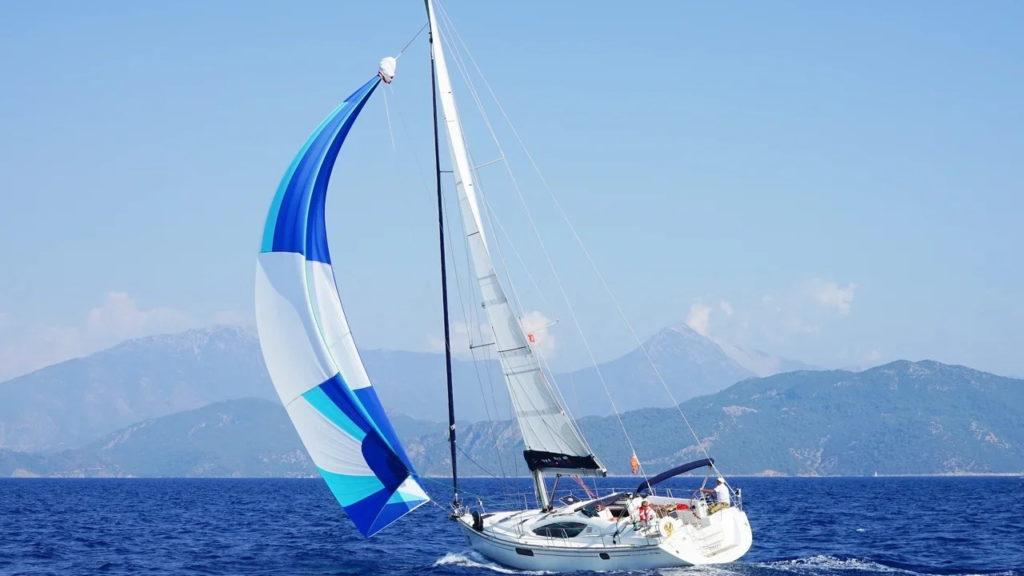 Ветер и сила бокового сопротивления воды, толкают яхту Pretty Promise ассоциации RYA.RU вперед, словно кусок мокрого мыла , из зажатой руки.